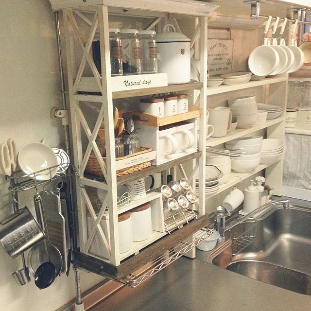 女性で、のDIY/いつもいいね!ありがとうございます♪/100均/雑貨/salut!…などについてのインテリア実例を紹介。「おはようございます(﹡ˆ﹀ˆ﹡) ようやく荒れ模様から一変、晴れてきました(*´ ˘ `*) 今朝はキッチン、ギリギリアングルの引きです(*´∀`)♪ 左側がコンロなので、お客様が見えない死角にキッチンツールいっぱいです(>∀<) 」(この写真は 2015-12-12 07:36:44 に共有されました)