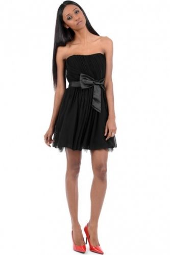 Kort party kjole i sort med sort sløyfe rundt midjen og glidelås på ryggen.  Inneholder 100% polyester.