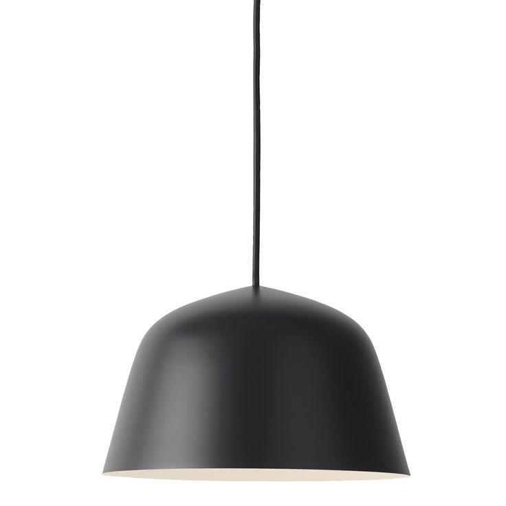 Ambit pendel S från Muuto, formgiven av TAF Architects. En taklampa i aluminium med en stark och tyd...