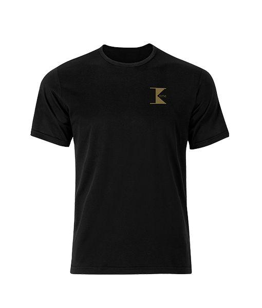 T-SHIRT K-TIME   T-shirt manica corta griffata K-time, con logo oro. Realizzata in 100% cotone pettinato, non si restringe ed è adatta a lavaggi frequenti. Il tessuto leggero garantisce un'asciugatura rapida, mentre il colore resiste efficacemente al candeggio. Vestibilità Regular. Taglie disponibili: M – L – XL