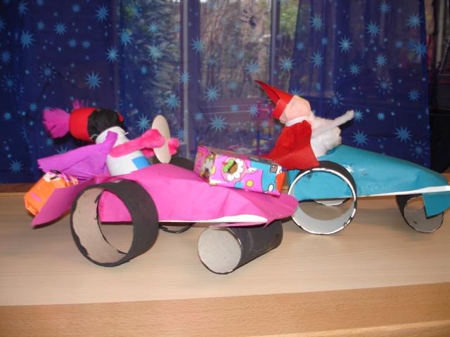 Sint en Piet in een raceauto