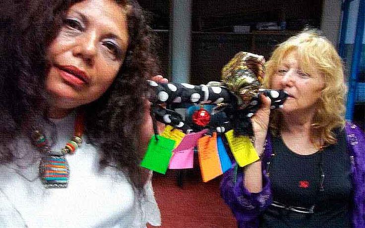 """María Lilian Escobar nació el 2 de junio de 1961 en Buenos Aires, ciudad en la que reside, República Argentina. Es Abogada por la Facultad de Derecho de la Universidad de Buenos Aires. Como integrante de """"Paralengua, la ohtra poesía"""", dedicado al desarrollo de poéticas visuales, sonoras y digitales, presentó, desde 1991 a 1998, poemas fonéticos y visuales, y perfomances en torno a poemas en lenguas mapuche, náhuatl, guaraní, guaycurú y quichua, todos de su autoría. Grabó el poema fonético…"""
