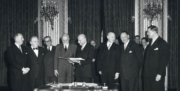Firma en París del Tratado constitutivo de la Comunidad Europea del Carbón y del Acero (CECA); Van Zeeland (B), Ministro de Asuntos Exteriores de Bélgica, Bech (L), Ministro de Asuntos Exteriores de Luxemburgo, Meurice (B), Sforza (I), Ministro de Asuntos Exteriores de Italia, Schuman (F), Ministros de Asuntos Exteriores de Francia, Adenauer (D), Canciller y Ministro de Asuntos Exteriores de la RFA, Stikker (NL), Ministro de Asuntos Exteriores de los Países Bajos, Van Den Brink (NL).