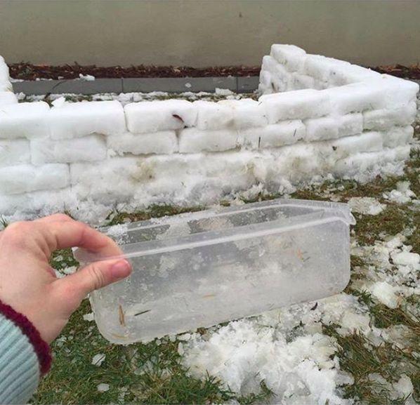 Mit einer viereckigen Plastikdose lässt sich Schnee leicht zu Blöcken formen. | 100 geniale Lifehacks für Eltern, die Dein Leben leichter machen