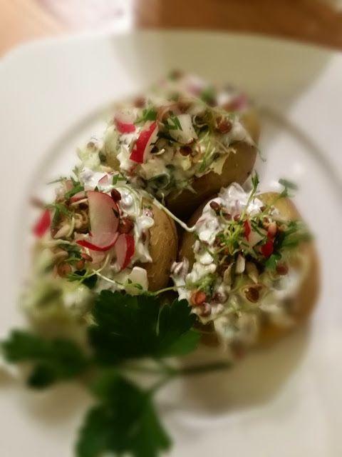 Ofenkartoffeln mit Feta-Sprossen-Joghurt