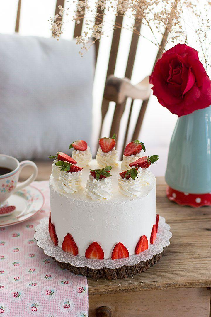 Suave tarta de fresas y cheesecake con interior impresionante y textura aterciopelada. Una delicatessen para el paladar ideal para sorprender.