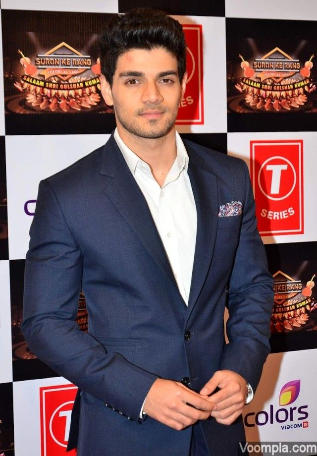 Sooraj Pancholi flaunts his red carpet style in a blue suit, crisp white shirt and a printed pocket square. via Voompla.com