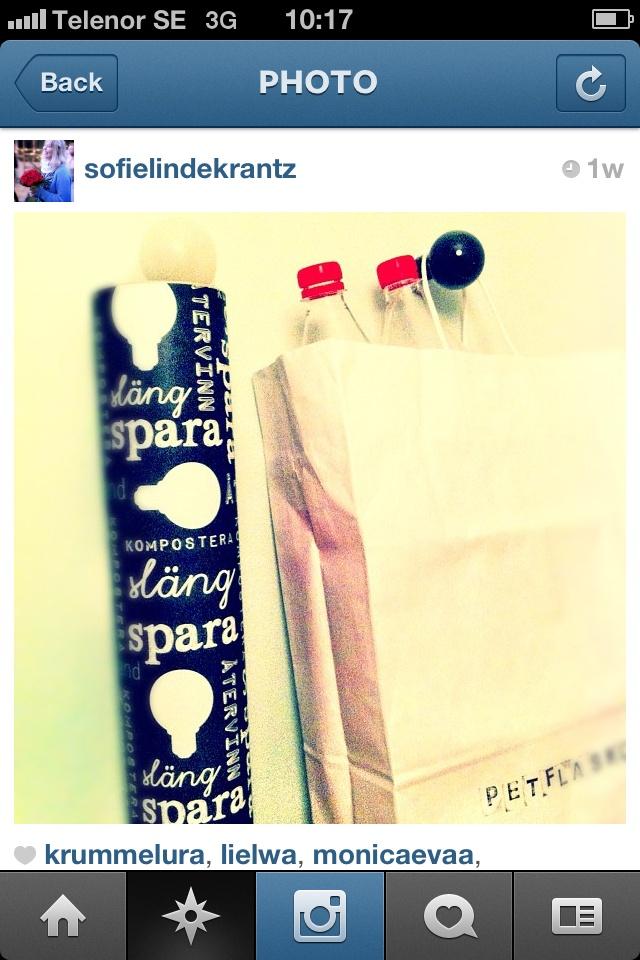 Den här bilden kommer från Instagram. Sofie har gjort en helt vanlig papperspåse och ett rör till ett stilrent återvinninskärl i två delar. Snyggt säger vi!