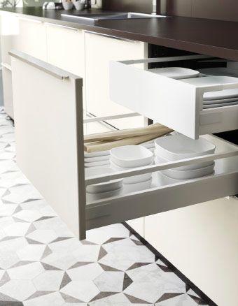 Открытые кухонные ящики с тарелками и пиалами