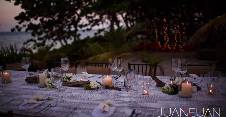 CBV242 Weddings Riviera Maya rustic driftwood and roots centerpiece with candles, greenery and white flowers/ centro de mesa rústico con raíces, velas y flores verdes- blancas