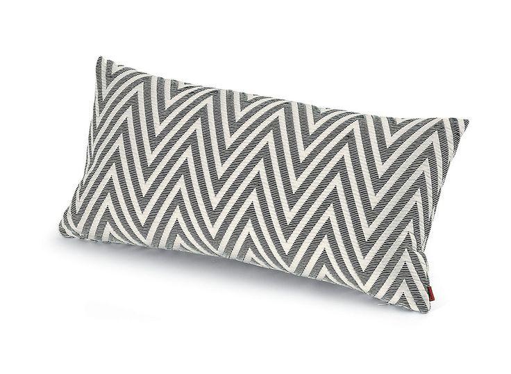 NOSSEN de MISSONI HOME. Almohadón con diseño en zig-zag en blanco y gris confeccionado en poliéster, algodón y poliamida. El complemento perfecto para agregar confort en el sofá, el sillón o la cama.