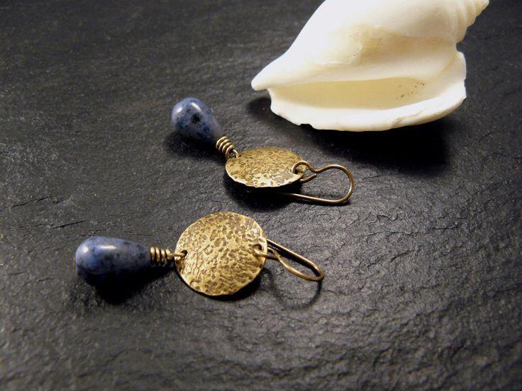 NEU: Dumortierit-Ohrhänger, gehämmerte Messing-Ohrringe, Boho-Ohrhänger, Ohrringe blau, Ohrhänger mit blauen Stein-Tropfen, Ohrringe lang von Modetrueffel auf Etsy