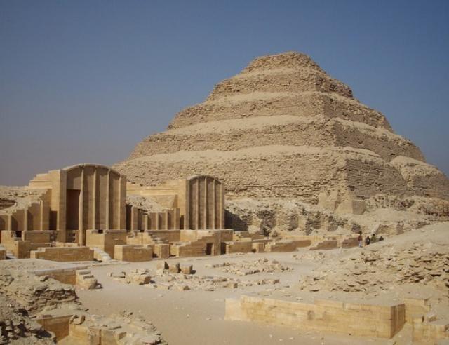 Resultado de imagen de imhotep ,arquitecto egipcio.....Pirámide escalonada de Zoser.