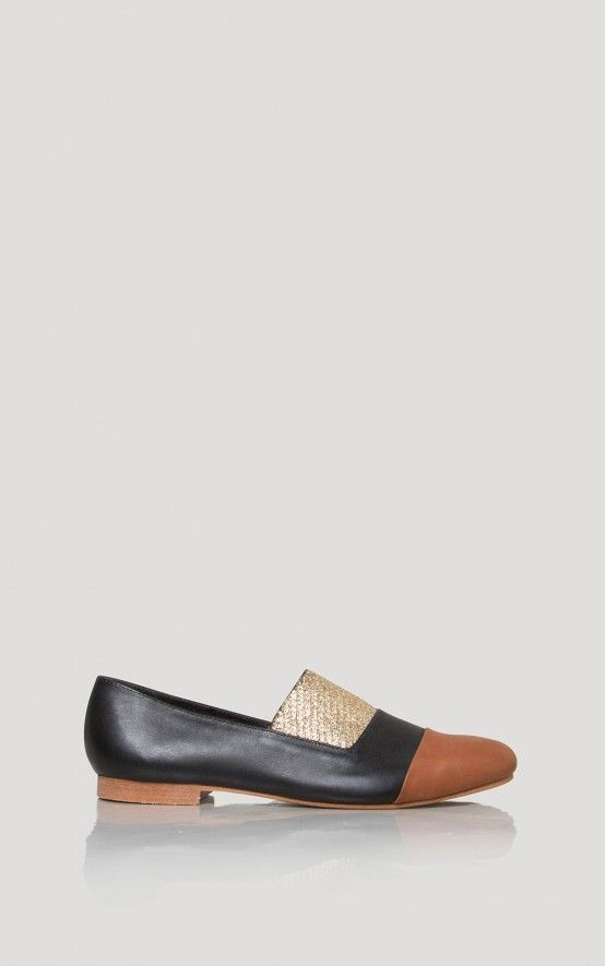 Partially lined slip-on flat in black leather and whiskey with golden  elastic detail.