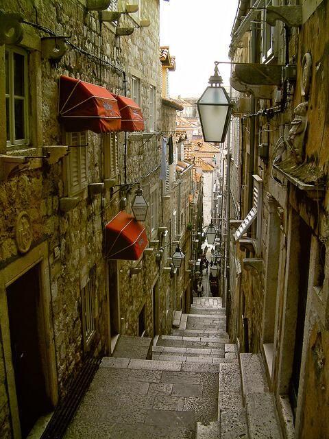 1979年に世界遺産に登録され「アドリア海の真珠」とも謳われる美しい町並みを誇るドブロブニク旧市街の狭い路地 - <クロアチア>