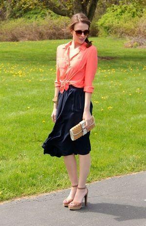 紺色スカートとサーモンピンクのコーデでフェミニンさをプラス♡水族館デートの服装♪