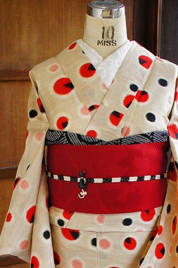 着物に興味があるけど敷居が高そう…と躊躇している方多いと思います。そんな方におすすめしたいのがアンティーク着物です。お値段もお手頃なので、着物第一歩を踏み出すのにもってこい♪
