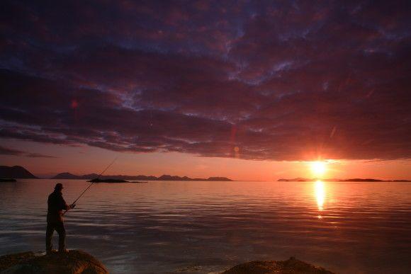 Hva med å jakte på ørretten i vakker midnattssol? Foto: Frank Andreassen