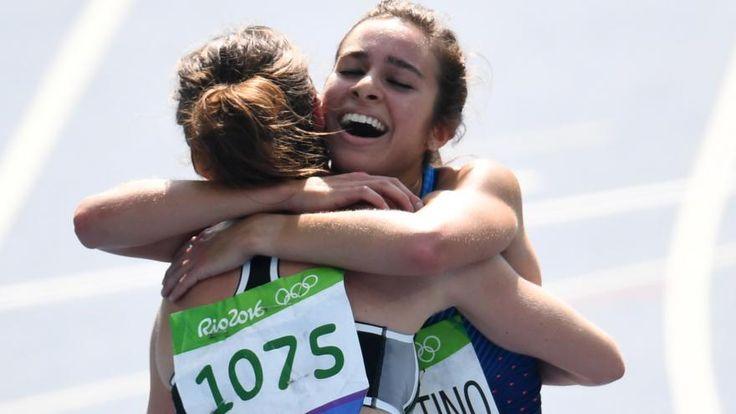 Nikki Hamblin et Abbey D'Agostino s'étreignent après la série du 5.000 mètres…