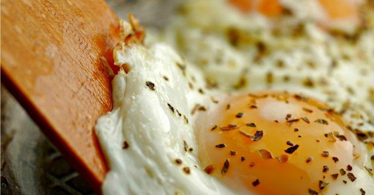Pão com ovo é um clássico do café da manhã e dos lanches de madrugada. Ovo frito com arroz e feijão é outra refeição sem chance de erro. Mas existem diversas formas de preparar um ovo na frigideira. Conheça formas incríveis de preparar esse lanche com ovo frito dependendo do tipo de resultado você quiser: c