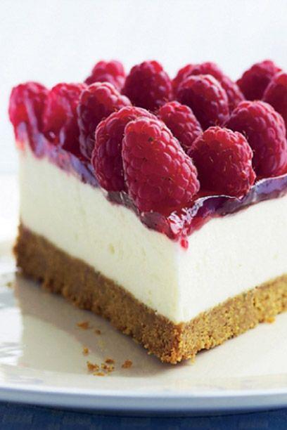 Imponer gæsterne med en elegant cheesecake med masser af friske hindbær på toppen. Her er en nem cheesecake-opskrift.