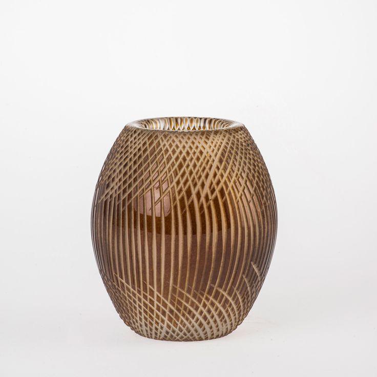 Koleksiyon Adı:  Ventu  Ürün Tipi:  Mumluk  Ürün Kodu: 051052.20  Ürün Rengi:  Şeffaf-Bal   Ölçü: h/12 cm çap/9 cm  Özellikleri: Serbest üfleme cam üzerine kesme tekniği üretilmiştir.