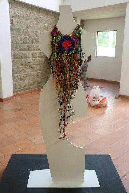 Maxicollar elaborado con fibras naturales y textiles