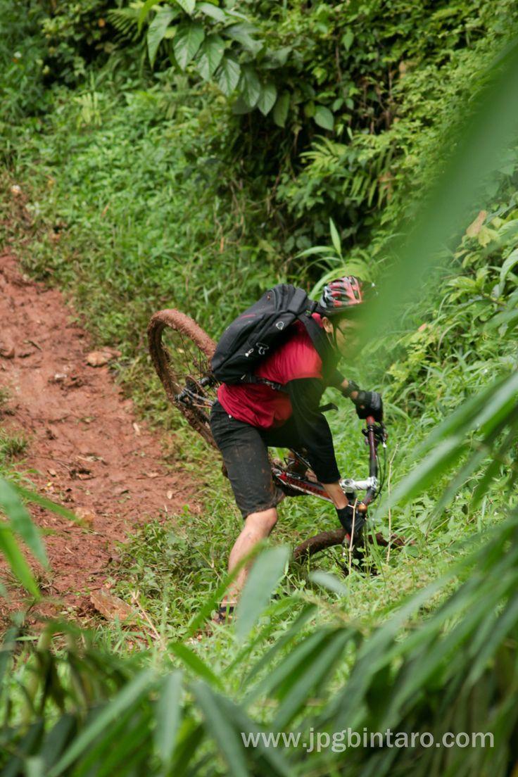 Bersepeda Gunung di Jalur Pipa Gas Mountain Bike Park BSD merupakan track wajib Helm, selamat bersepeda.  kunjungi foto lain di flickr. klik http://www.flickr.com/photos/photopocket/