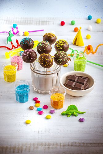 Quelques cakes pops au chocolat saupoudré de vermicelles multicolores pour amuser les petits, comme les grands !  Réalisé avec le robot Masterchef Gourmet de Moulinex.