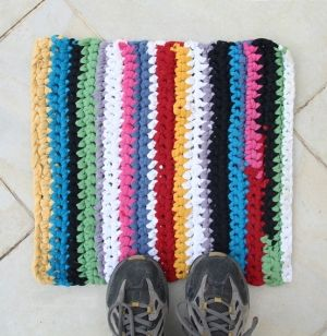 t-shirt yarn rug diy- they would make good bath mats
