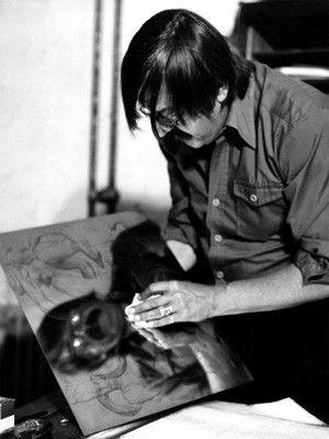 Artistic self-reflection.    Die zweite Leidenschaft von Günter Grass ist die bildende Kunst. Bevor er als Schriftsteller und Lyriker berühmt wird, studiert er zwischen 1948 und 1956 Grafik und Bildhauerei an der Kunstakademie Düsseldorf sowie an der Hochschule für Bildende Künste in Berlin. Auf dem Foto präpariert Grass im September 1986 in seinem Atelier eine Platte für den Druck.