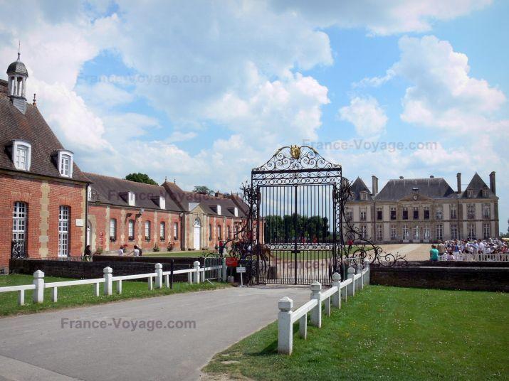 Haras National du Pin : Grille d'entrée, cour d'honneur, château et ses dépendances ; sur la commune de Le Pin-au-Haras, france