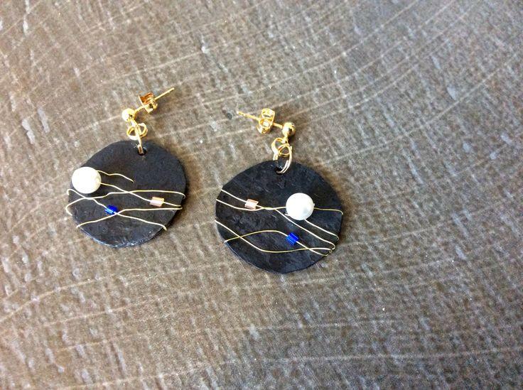 Sono nati dall'unione di plastica reciclata e divertimento,orecchini neri impreziositi da perle e fili dorati che trasportano riflessi di luce. L'estate è in arrivo! By Elisa Rinaldi.