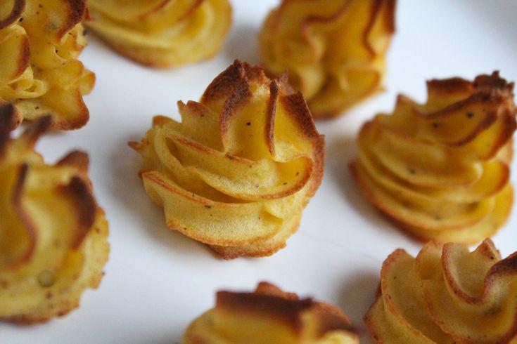 Dit is een makkelijk recept voor heerlijke goudbruine licht krokante torentjes van smakelijke aardappelpuree. Een feestelijk en mooi bijgerechtje.