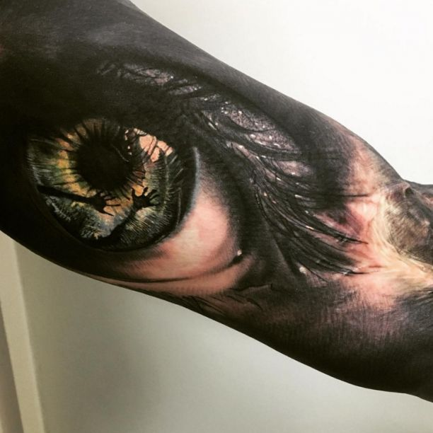 Tattoo krasses 3D Auge auf Arm