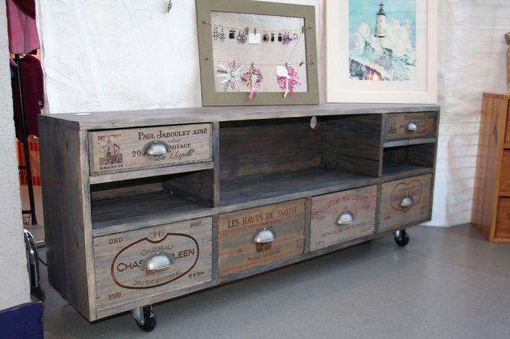 Caisses de vin détournées en meuble de rangement