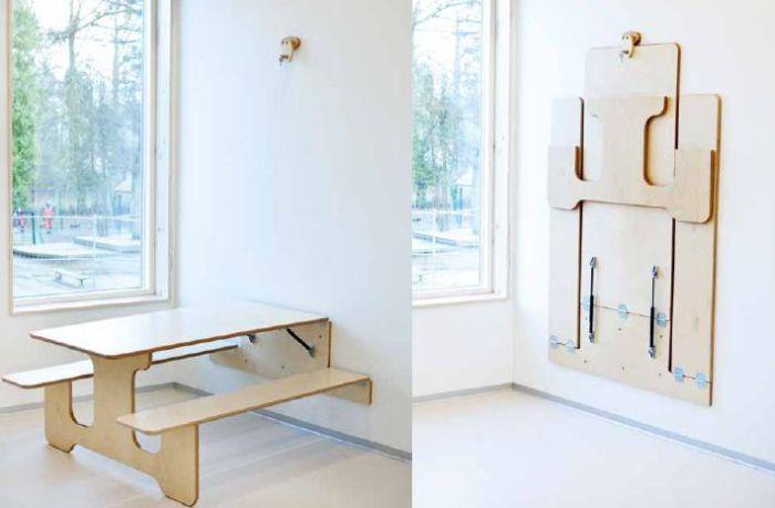壁にコンパクトに収納することができるテーブルとチェアのセット「UNIQA veggbord voksenhøyde」。使わないときは畳んで専用金具にひっかけます。お部屋を広く使いたい! を実現できるテーブルセット。