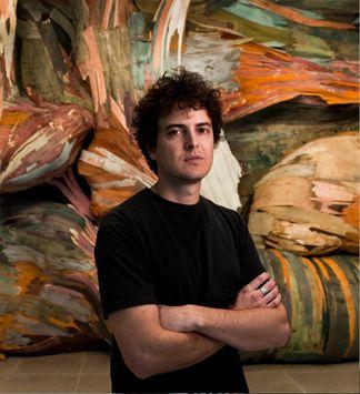 Henrique Oliveira  Ourinhos - SP, 1973 Vive e trabalha em São Paulo Brasil  Graduação  2004 Artes plásticas, bacharelado em pintura - Escola de Comunicações e Artes - Universidade de São Paulo.