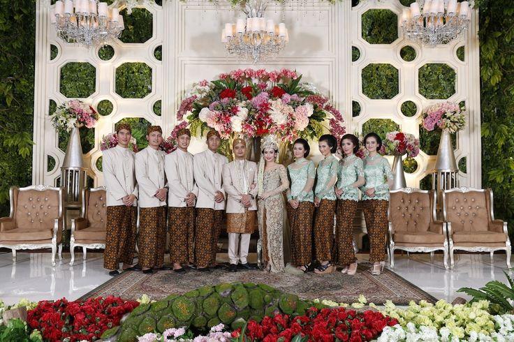 Sedang mencari inspirasi dekorasi bernuansa alam untuk pernikahan di gedung? Simak kisah pernikahan adat Sunda ala Alissa dan Gerry ini!
