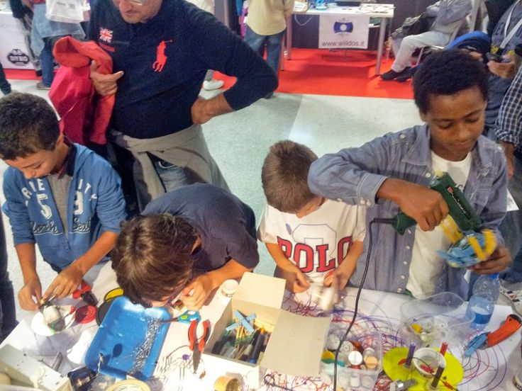 giovani al laboratorio Tinkering creano ScaraBots / young people at Tinkering lab they create ScaraBot #makerfairerome #tinkering