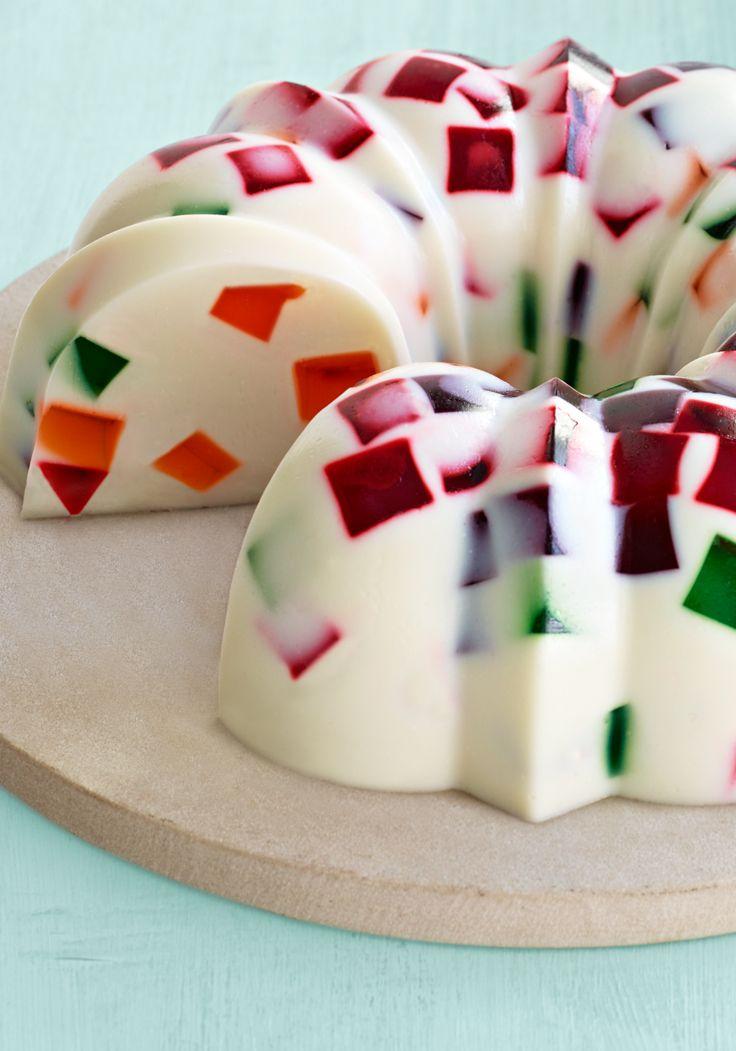 Cremoso postre mosaico de gelatina JELL-O- Deleita a todos con este postre mosaico lleno de cubitos de sabores.