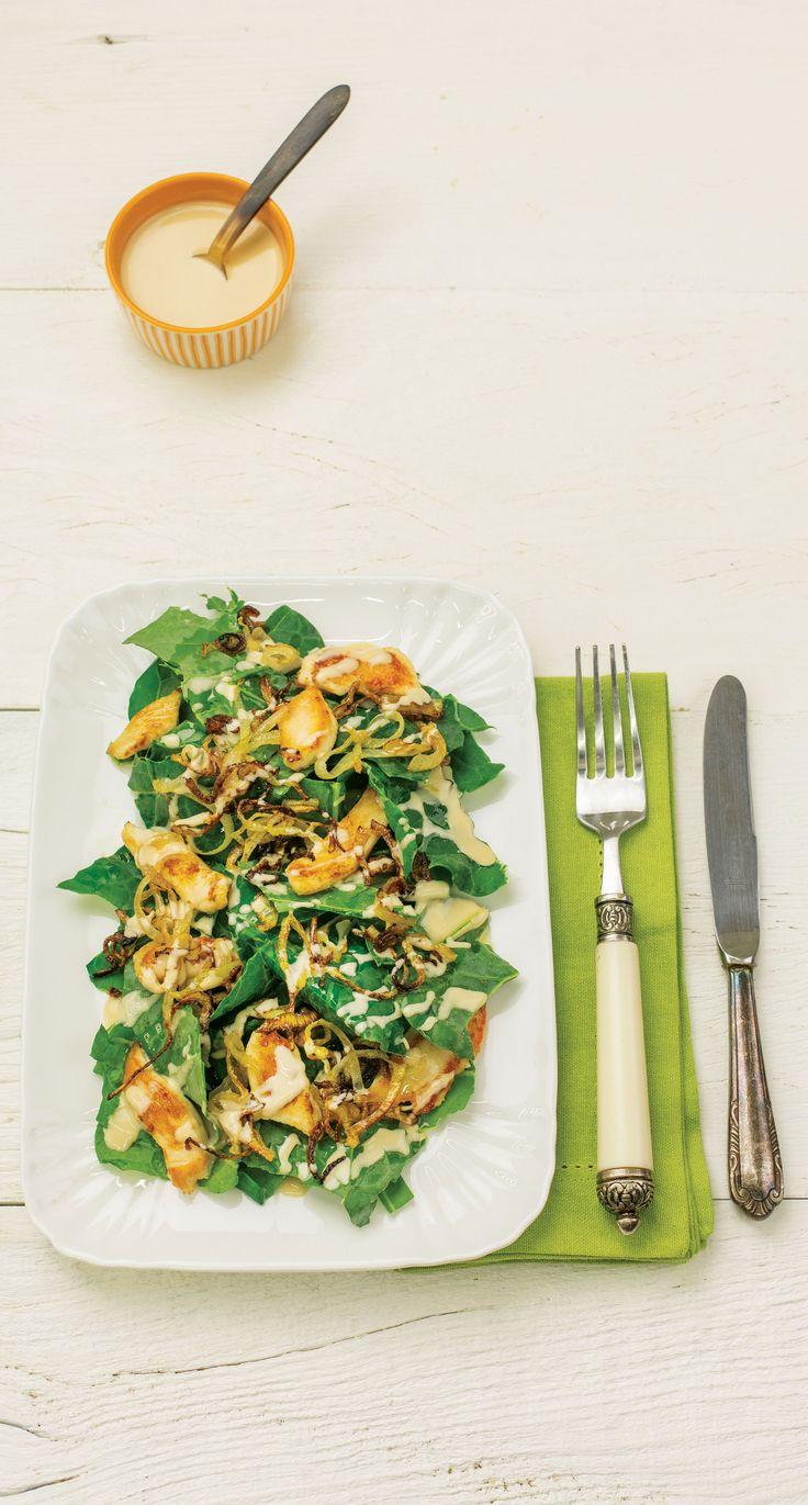 Salada de couve com frango e molho de amendoim | Receita Panelinha: A estrutura é inspirada na clássica caesar: folhas + frango + molho cremoso. Mas o sabor é incomparável. Resultado: uma salada-refeição, como a clássica ceasar, mas cheia de novidade na composição.