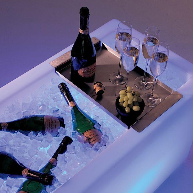 """IceCube è semplicemente il frigo ideale per tutte le tue feste, all'interno o all'aperto. La sua unità di illuminazione integrata crea un vero e proprio """"party ambiance"""" e lo rende ancora più attraente."""