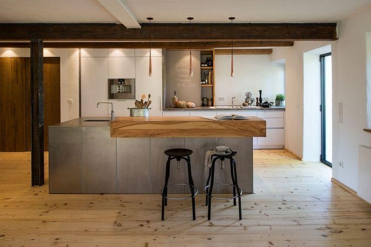 Küche mit Kochinsel aus Stahl mit Massivholz-Tresen