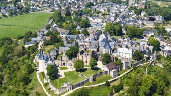 """Auch das schöne Sainte-Suzanne (Pays de la Loire) gehört zu den Lieblingsorten: 70 Meter über dem Flüsschen Envre gelegen, trotzte das Örtchen aus dem elften Jahrhundert mit seinem doppelten Stadtmauerring frech Wilhelm dem Eroberer. Neben einem wunderbaren Ausblick auf Wälder und Hügel der angrenzenden historischen Provinz Anjou lohnt ein Ausflug zu den drei Kilometer entfernten """"Dolmen des Erves"""", dem steinernen Beweis, dass hier bereits 4500 Jahre v.Chr. Menschen lebten."""