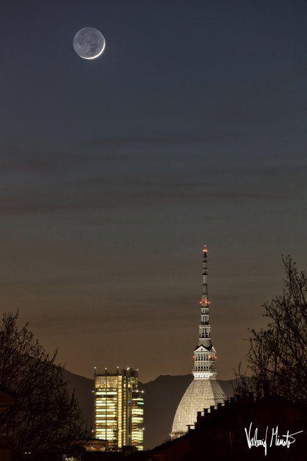 In questa sequenza del fotografo Valerio Minato due tramonti a distanza di un'ora e mezza l'uno dall'altro: Il sole e la luna si sono incrociati nel cielo di Torino, intorno alla Mole e al grattacielo Intesa San Paolo, offrendo questo doppio spettacolo a chi ha saputo attendere. Le foto sono state s…