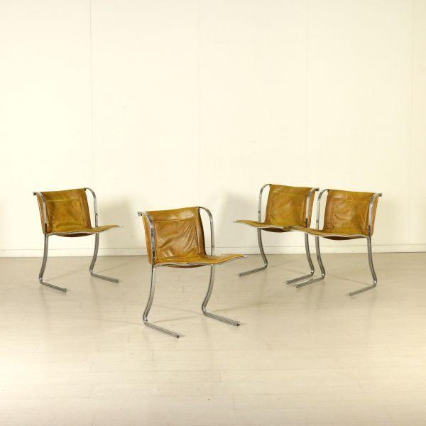 Gruppo di quattro sedie; metallo cromato, seduta in similpelle.