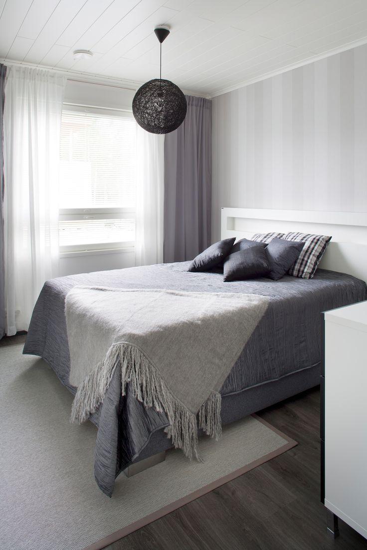 Makuuhuoneen muhkeaan jenkkisänkyyn on valittu valkoinen Hohto-sängynpääty, jossa on kaksi painokytkimillä toimivaa valoa. Sängynpäädyllä on Avainlippu-tunnus.