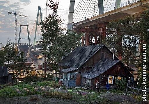 Последний частный жилой дом у Вантового моста. Санкт-Петербург, июнь 2006. Александр Петросян