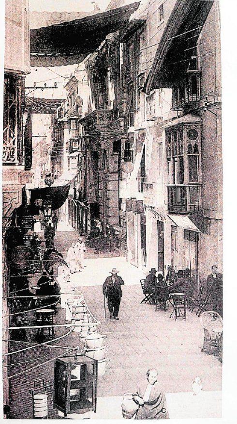 Murcia, Una foto histórica de la citada calle Trapería en 1928, ya con toldos.